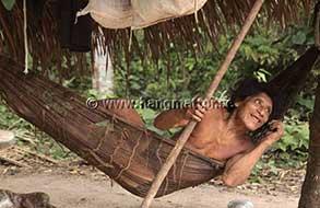 Indian vilar sig i en hängmatta