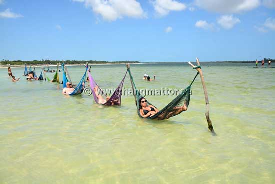 Hängmattor upphängda på pålar i vattnet