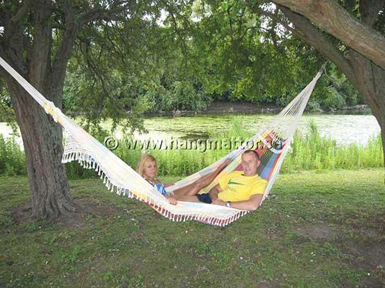 Två personer ligger i en hängmatta längs med