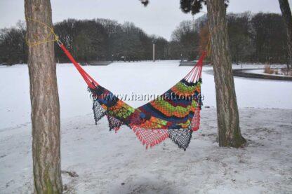 Hängmatta Pantanal upphängd i snö mellan träd på vintern