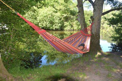 Hängmatta Paraná hänger mellan träd vid badplats