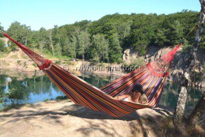 Hängmatta Paraná upphängd för camping vid stenbrott