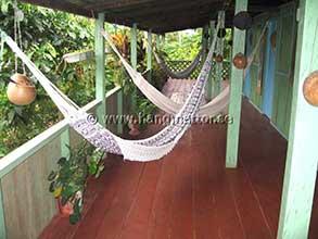 Flera hängmattor upphängda på balkong i Amazonas