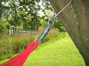 Hängmatta upphängd på fjäder, karbinhake och rep