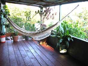 Hängmatta upphängd på veranda i djungeln