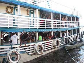 Hängmattor på flodbåt i Amazonas