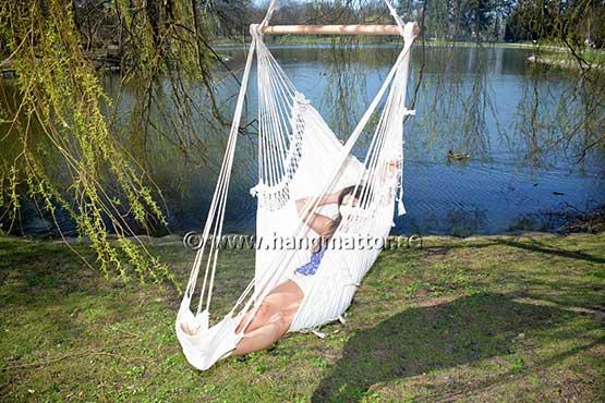 Sitter i hängstol med fötterna på fotstöd
