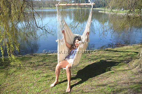 Sitter med benen ner i hängstol