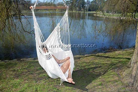 Sitter med benen uppe i hängstol