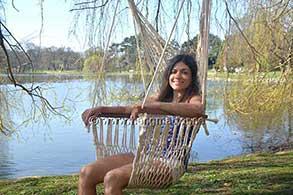 Sitter i en hängstol med armstöd