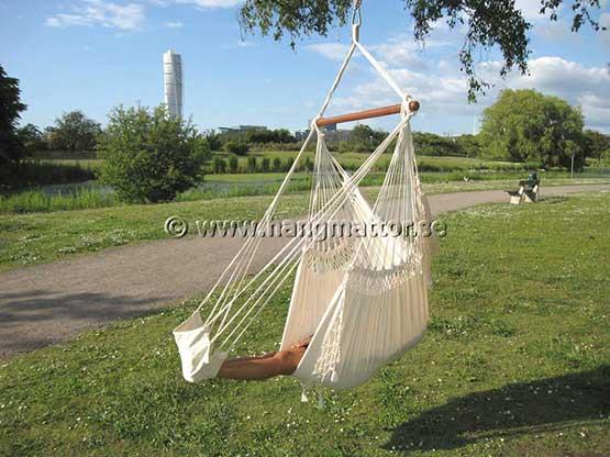 Ligg skönt i en hängstol med benen vilande på fotstöd