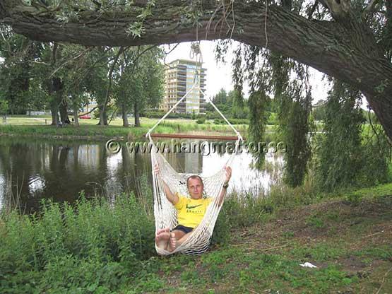 Vilar i en hängstol upphängd i ett träd