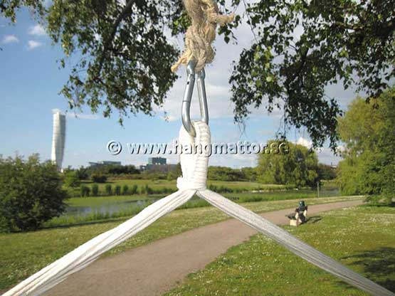 Hängstol upphängd i karbinhake i ett träd