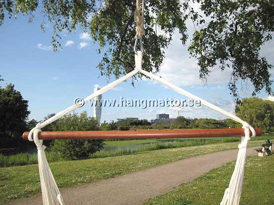 Hängstol upphängd i karbinhake och rep i ett träd
