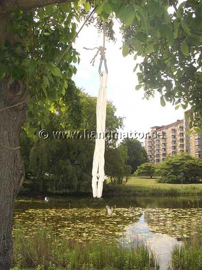 Upphängningsdel till hängstol hängandes i träd