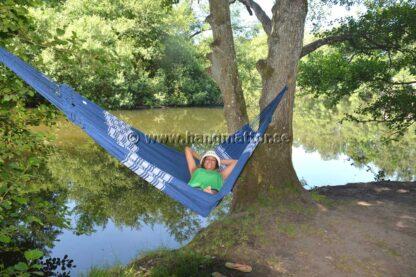 Hängmatta Búzios hänger mellan träd vid badplats