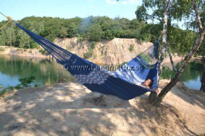 Hängmatta Búzios upphängd för camping vid stenbrott
